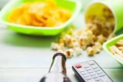 Weekend em casa, o estilo de vida do lazer, tevê, conceito do fast food Imagens de Stock Royalty Free