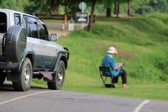 Weekend Feiertag im Campingplatz und in den Zelten auf dem Rasen und dem Parkplatz w Lizenzfreie Stockfotos