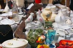 Weekend a feira da ladra no centro da cidade em um dia ensolarado A cabine do mercado com objetos para a venda e os povos estão p imagem de stock