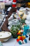 Weekend Flohmarkt im Stadtzentrum an einem sonnigen Tag Marktstand mit Gegenständen für Verkauf und Leute suchen nach einer guten Lizenzfreie Stockfotos