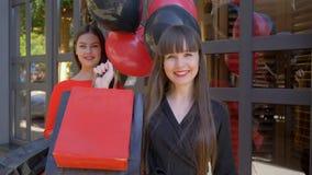Weekend las compras, retrato de la muchacha con los labios rojos que muestran muchas de bolsas de papel con las compras en el fon almacen de metraje de vídeo