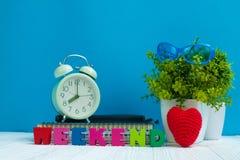 WEEKEND las letras mandan un SMS y el papel del cuaderno, despertador y poco fotografía de archivo