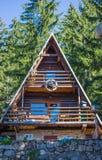 Weekend le cottage, paysage de montagne avec le toit en pente, les fenêtres W Image stock