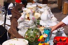 Weekend le marché aux puces au centre de la ville un jour ensoleillé La cabine du marché avec des objets à vendre et les gens rec photos libres de droits