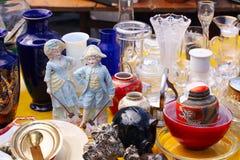 Weekend le marché aux puces au centre de la ville un jour ensoleillé La cabine du marché avec des objets à vendre et les gens rec image libre de droits