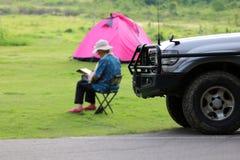 Weekend les vacances dans le terrain de camping et des tentes sur la pelouse et le parking W Images libres de droits