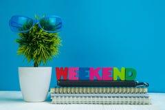 WEEKEND letras o papel text e do caderno e a pouca decoração tr fotos de stock royalty free
