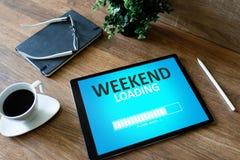 Weekend a mensagem da barra de estado da carga na tela do dispositivo fotos de stock royalty free