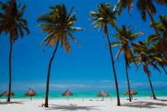 Weekend op het blauwe oceaanstrand van Zanzibar Stock Fotografie