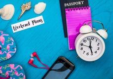 Weekend Planstilllebenkonzept in den hellen Farben und blaues Brett, flache Lage in den Weinlesetönen stockfotos