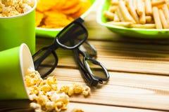 Weekend w domu, czasu wolnego styl życia, TV, fasta food pojęcie zdjęcie stock