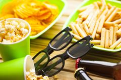 Weekend w domu, czasu wolnego styl życia, TV, fasta food pojęcie fotografia royalty free