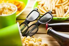 Weekend w domu, czasu wolnego styl życia, TV, fasta food pojęcie fotografia stock