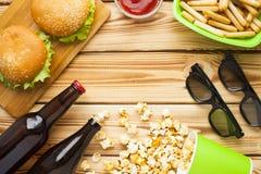 Weekend w domu, czasu wolnego styl życia, TV, fasta food pojęcie zdjęcia royalty free