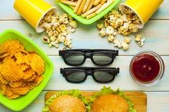 Weekend w domu, czasu wolnego styl życia, TV, fasta food pojęcie obraz stock