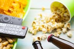 Weekend w domu, czasu wolnego styl życia, TV, fasta food pojęcie obraz royalty free