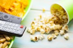Weekend w domu, czasu wolnego styl życia, TV, fasta food pojęcie zdjęcie royalty free