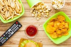 Weekend w domu, czasu wolnego styl życia, TV, fasta food pojęcie zdjęcia stock