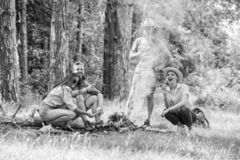 Weekend w lasowych korzyściach Prażaków marshmallows popularna grupowa aktywność wokoło ogniska Firma przyjaciele przygotowywają  obrazy royalty free