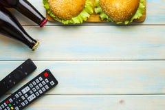 Weekend zu Hause, Freizeitlebensstil, Fernsehen, Schnellimbisskonzept lizenzfreies stockfoto