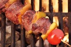 Weekendbbq de Kebab of de Kebab van het Vleesrundvlees bij de Vlammende Grill Royalty-vrije Stock Afbeeldingen