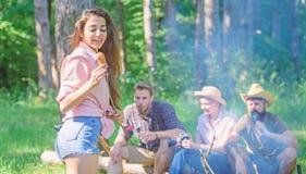 Weekendowa podwyżka Pinkin z przyjaciółmi w lasowym pobliskim ognisku Firma ma podwyżki natury pyknicznego tło turyści z fotografia royalty free