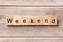 Weekendowy słowo pisać na drewnianym bloku weekendowy tekst na stole, pojęcie Zdjęcia Royalty Free