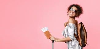 Weekendu wjazd Szczęśliwa kobieta z paszportem, kopii przestrzeń zdjęcie royalty free