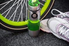 Weel de vélo, bouteille et chaussures de sport Image libre de droits