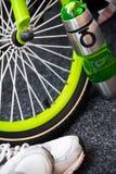 Weel della bici, bottiglia e scarpe di sport Fotografie Stock
