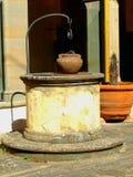 Weel en potten in oud klooster Royalty-vrije Stock Foto
