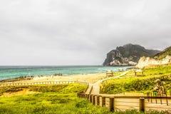 Weelderig groen landschap en Zeegezicht, Al Mughsayl Rocky Beach, Salalah, Oman stock foto