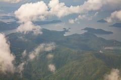 Weelderige Bergachtige Eilanden onder Nevel en Wolken Stock Afbeeldingen