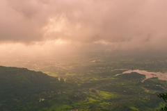 Weelderige groene Matheran tijdens moesson stock foto