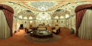 Weelderige luxueuze het herenhuiszaal van het Midden-Oostenpaleis - lege brede hoekmening Stock Fotografie