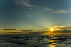 Weelderige verf de zonsondergang Warme avond De nacht komt spoedig Royalty-vrije Stock Foto's