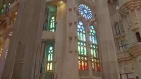 Weergave van florerende decoraties en ramen van gekleurd glas op muren zacht licht verzachten stock videobeelden