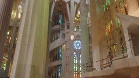 Weergave van florerende decoraties en ramen van gekleurd glas op muren zacht licht verzachten stock video