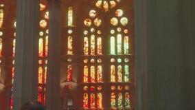 Weergave van florerende decoraties en ramen van gekleurd glas op muren zacht licht verzachten stock footage