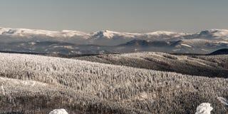 Weergeven aan de bergen van Beskid Slaski tussen de Mannelijke heuvels van Skrzyczne en van Barania Gora van Lysa-horaheuvel in d stock afbeelding