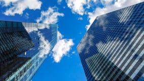 Weergeven aan de Hemel tussen Wolkenkrabbers stock afbeelding