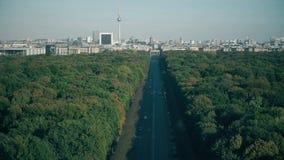Weergeven aan de meest bezochte oriëntatiepunten van Berlijn: De Poort van Brandenburg, Berliner dom en Televisietoren, Duitsland stock video
