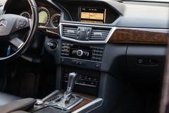 Weergeven aan het binnenland van Mercedes-e-Klasse W212 met dashboard, klok, media systeem, voorzetels en shiftgear na voordien h royalty-vrije stock afbeelding