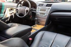 Weergeven aan het binnenland van Toyota Camry 2006 met dashboard, klok, media systeem, voorzetels, grijs leer en shiftgear daarna royalty-vrije stock fotografie