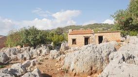 Weergeven aan het oude huis dat op de oude ruïnes wordt gebouwd stock footage
