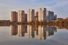 Weergeven aan het westen van Krasnodar van de Rivier van Kuban in de winter bij gouden uren Nieuwe high-rise gebouwen en hun geda stock foto