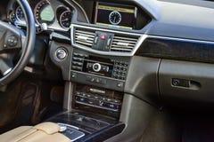 Weergeven aan het witte binnenland van Mercedes-e-Klasse W212 met dashboard, klok, media systeem, voorzetels en shiftgear daarna royalty-vrije stock afbeeldingen