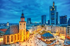 Weergeven aan horizon van verlicht Frankfurt-am-Main tijdens schemeringzonsondergang St Catherine Kerk en de Belangrijkste Wacht  royalty-vrije stock foto