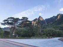 Weergeven aan mooie bergen in het Nationale Park van Seoraksan De zomer SEOEL - JULI 30: Het veranderen van wachten van de vriend royalty-vrije stock fotografie