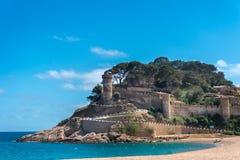 Weergeven aan oud kasteel en het strand in Tossa de Mar, Girona, Costa Brava, Spanje stock foto